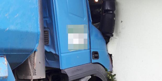 Schock-Unfall! Lkw crasht in Wohnhaus