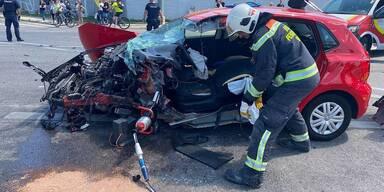 Frau nach PKW-Crash in Wagen eingeklemmt