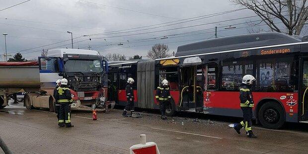 Lkw fuhr in Linienbus: Mehrere Verletzte