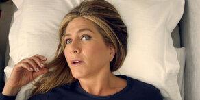 Alptraum im Flugzeug: Jennifer Aniston im Bademantel