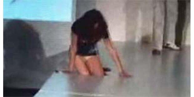 Model fällt am Catwalk in schwarzes Loch