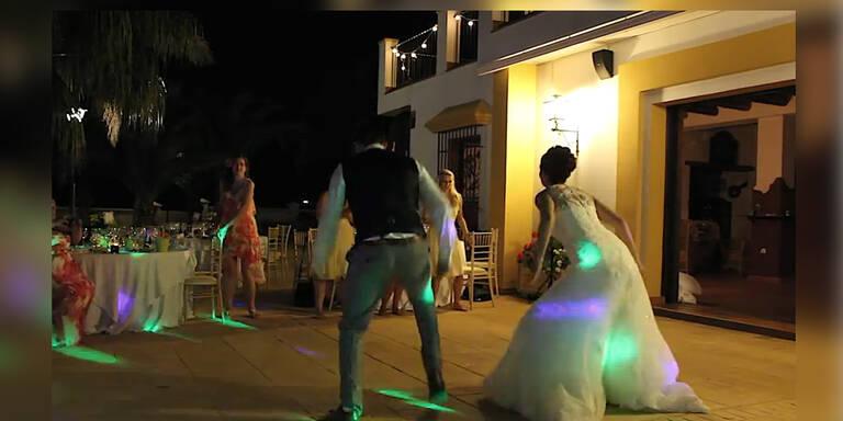 Web-Hit: Brautpaar schwingt die Hüften