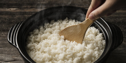 Wie man beim Reis kochen 60% Kalorien spart