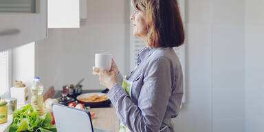 Frau allein küche