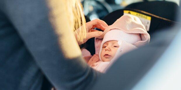 Säuglinge nicht lang in Kinderautositzen schlafen lassen