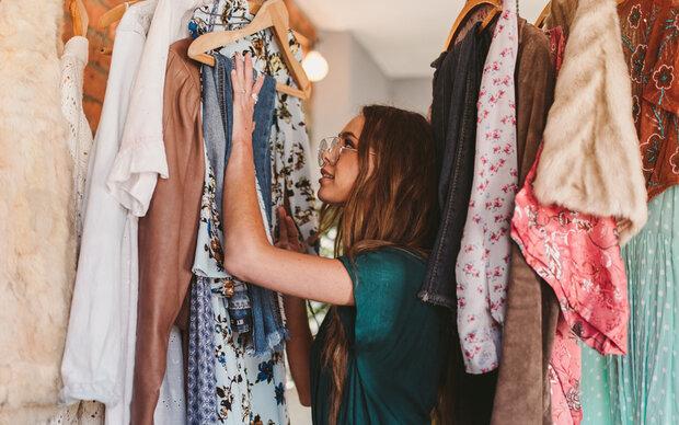 So schaffen Sie Ordnung im Kleiderschrank