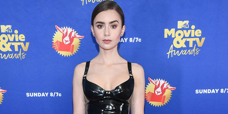 Lily Collins im Latex-Look