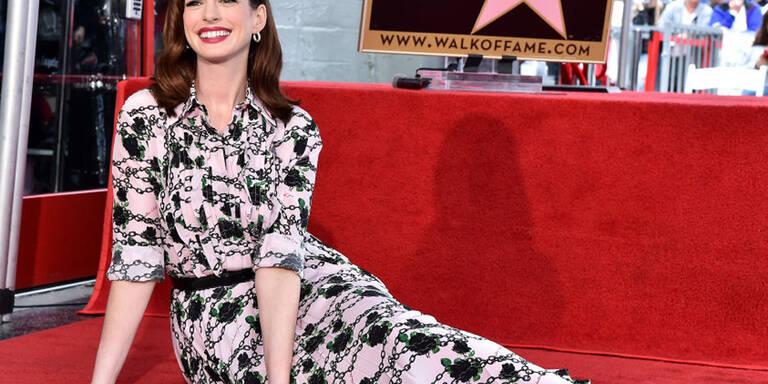 Anne Hathaway räkelte sich auf ihrem Hollywood-Stern