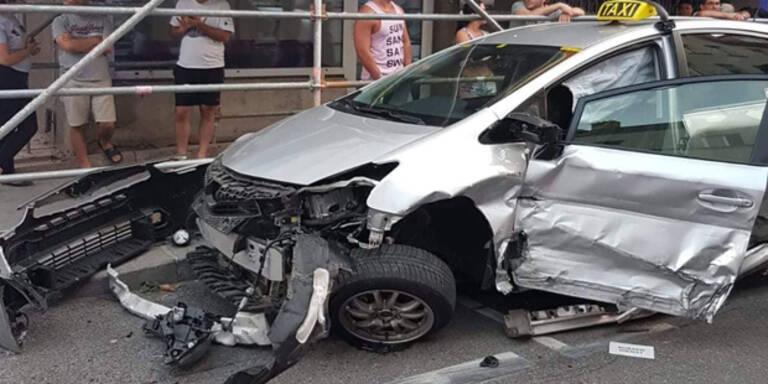 BMW kracht in parkende Autos: Taxler verletzt