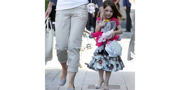 Katie Holmes zieht Suri High Heels an!