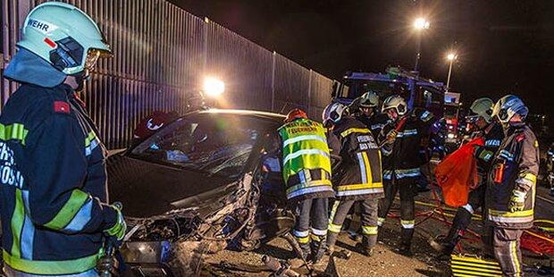 Horror-Crash in Bad Vöslau: Lenker eingeklemmt