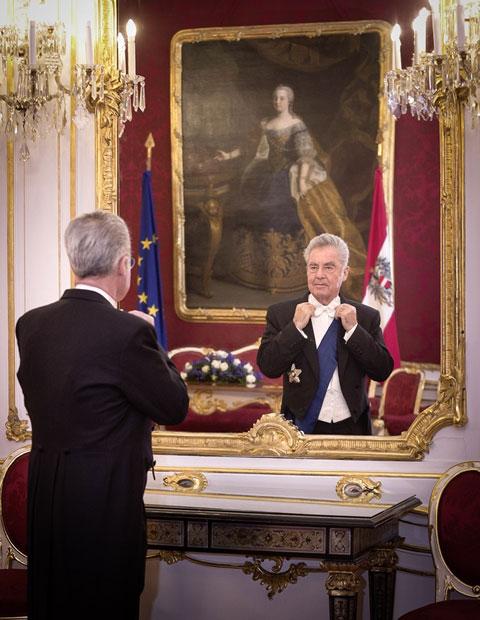 Bundespräsident Heinz Fischer macht sich bereit für den Opernball