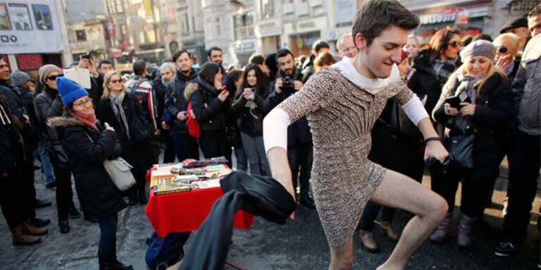 Männer demonstrieren in Miniröcken