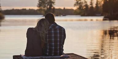 Verliebtes Paar am See