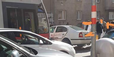 Auto crasht beim Wenden in Bim