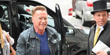 Arnie: Ankunft mit Privatjet