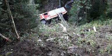 Feuerwehrauto stürzte in Steiermark Böschung hinab - Ein Toter