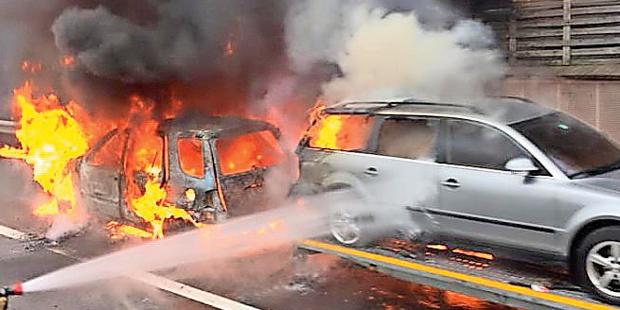A21: Auto-Konvoi fing zu brennen an