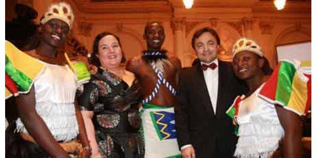 Ball-Chefin mit afrikanischen Gästen