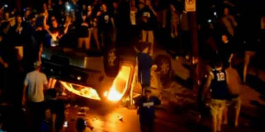 College-Basketballfans zünden Auto an