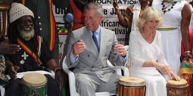 Charles und Camilla als Reggae-Trommler