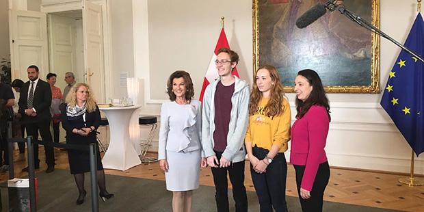 Bundeskanzlerin Brigitte Bierlein und Frauenministerin Ines Stilling posieren
