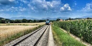 Steiermark: Autofahrer kollidiert mit Zug – tot