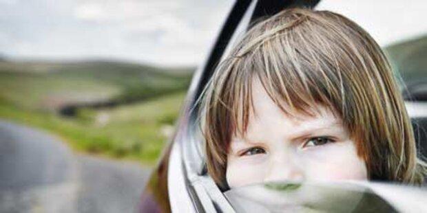 Mutter lässt Kleinkind im heißen Auto