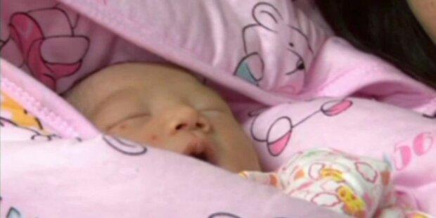 Stewardessen bringen Baby zur Welt
