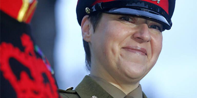 Die erste Frau, die den Londoner Tower bewacht: Moira Cameron. (c) AFP
