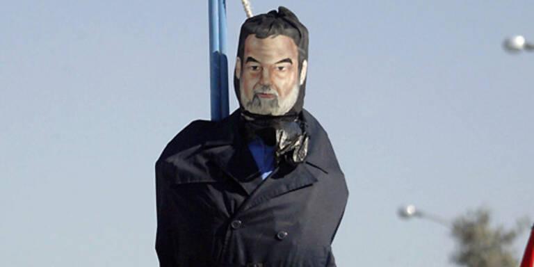Eine gehängte Puppe mit dem Gesicht des hingerichteten Ex-Diktators Saddam Hussein. (c) AFP