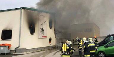 Großbrand in Herstellerfabrik mit Schaum gelöscht
