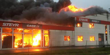 Großeinsatz in NÖ: Traktor-Center steht in Flammen