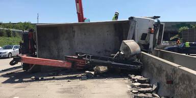 Lkw durchbrach nach Reifenplatzer Mittelleitschiene auf A2