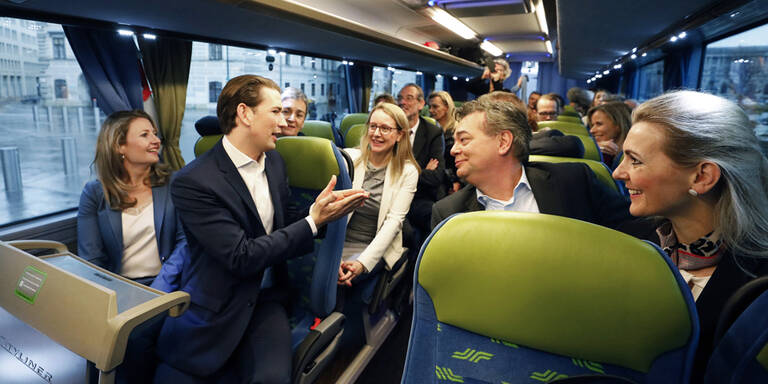 Klassenfahrt mit Bus zur Regierungsklausur