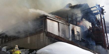 Zwei Feuerwehrler bei Großbrand verletzt