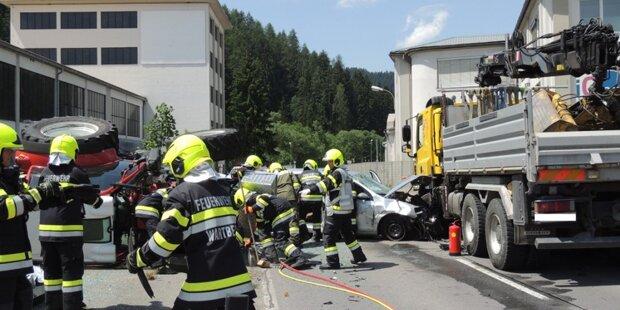 Missglücktes Überholmanöver: Pkw kollidiert mit Lkw und Traktor