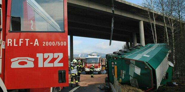 Lkw stürzt von Autobahn ab: Lenker tot