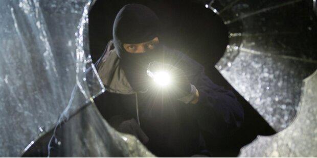 Einbrecher sticht Mann nieder