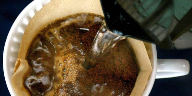 Baby mit heißem Kaffee verbrüht