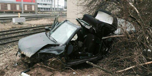 Autolenkerin stürzt 15 Meter in die Tiefe