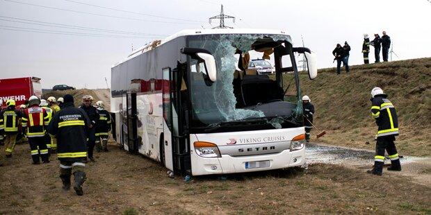 Bus stürzt Böschung hinunter: 13 Verletzte
