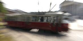 Crash mit Straßenbahn – Frau (29) ringt mit dem Tod