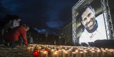 1000 Lichter nahmen Abschied von Hannes Arch