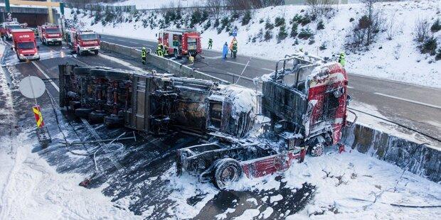 A9 gesperrt: Gefahrengut-Transporter in Flammen