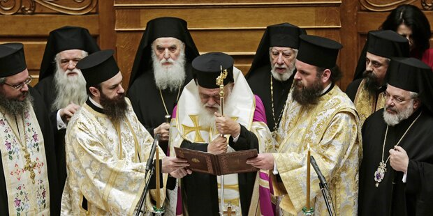 Othodoxe Priester posieren mit Katzen