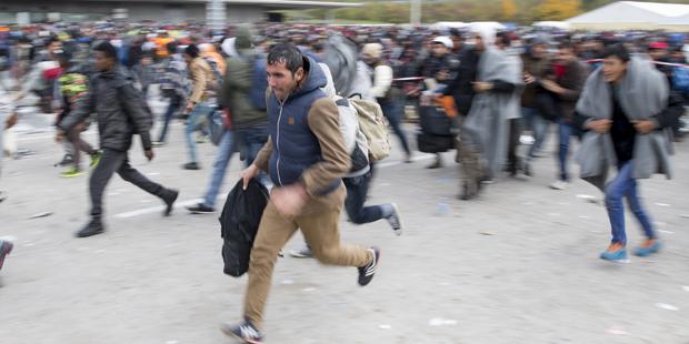 Flüchtlinge durchbrechen Absperuung Spielfeld