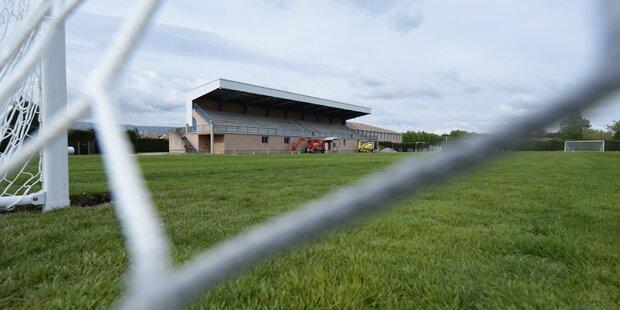 Unbekannte verstreuten Nägel und Haken auf Fußballplatz