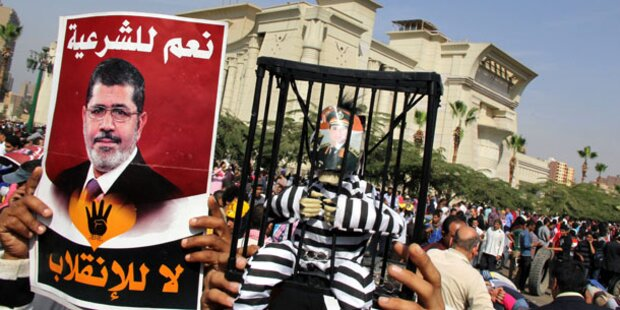 Chaotischer Prozess um Mursi vertagt