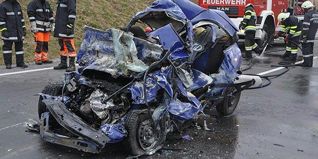 Horror-Unfall mit zwei Toten: Pkw 30 Meter mitgeschleift